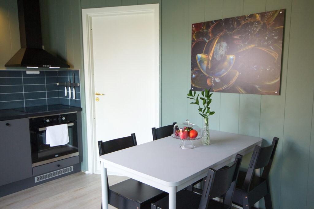 Spisebord og kjøkkenkrok i hyttene våre
