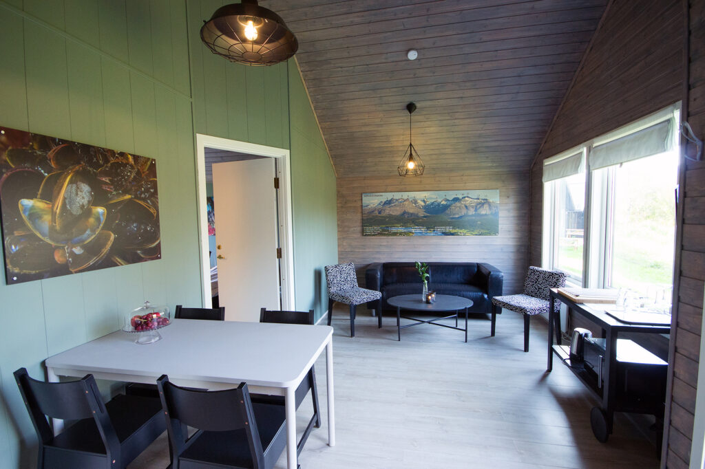 Møblerte hytter med spisebord og stue