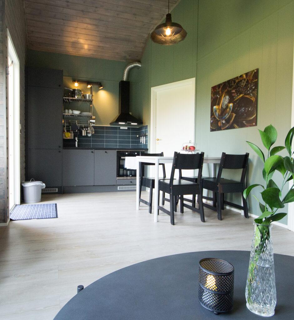 Kjøkken og spisebord i hyttene våre