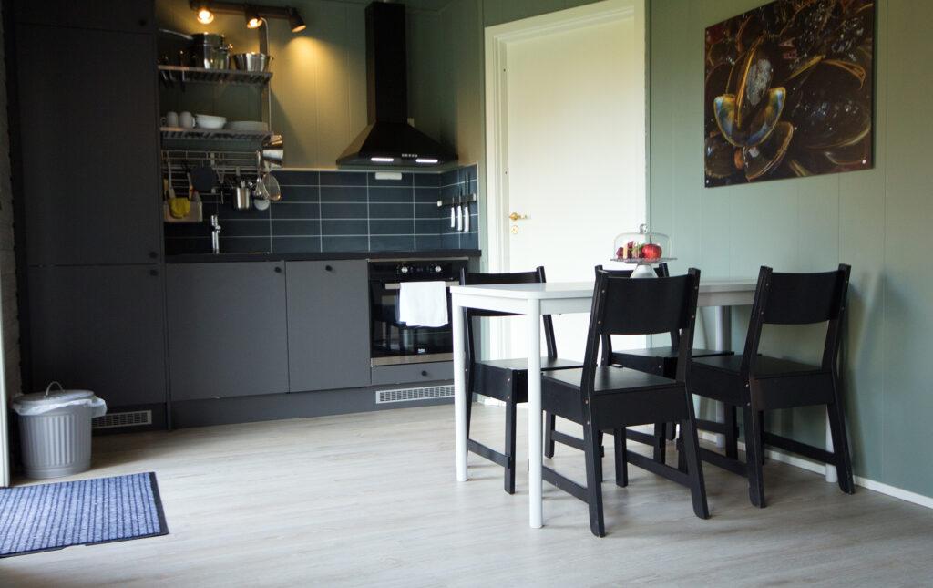 Kjøkken og spisebord fra hyttene våre