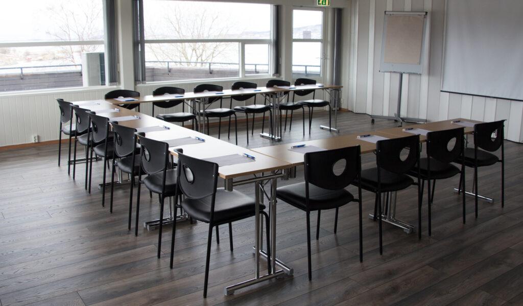 Mindre kurslokale med oppsatte bord